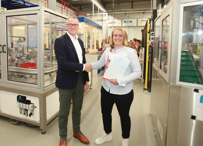 Anouk Schoonbeek krijgt haar diploma van directeur Gerrit Schalk van REMO West-Twente.
