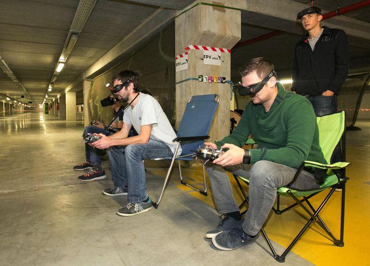 In opperste concentratie en met hun videobrillen op besturen de deelnemers hun drones.