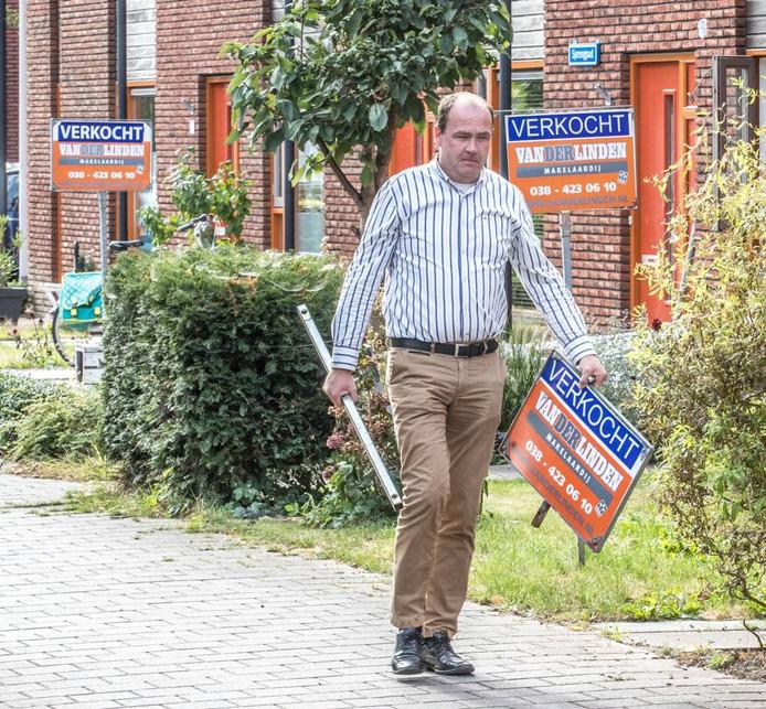 Makelaar Michel Wessels kan weer een 'verkocht-bord' in een tuin zetten. De derde in dit blok aan het Sprengpad in de Zwolse wijk Stadshagen.