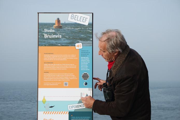 Frank Zanderink bij de luisterpaal bij het havenhoofd in Zierikzee.