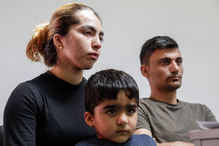 De ouders van Mawda Shawri met hun zoontje.
