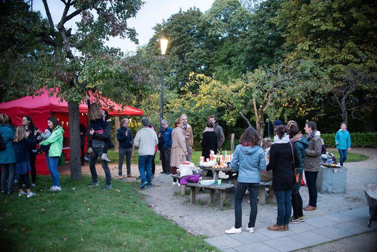 Leuvense buurtbewoners verwelkomden de studenten in hun straat.foto rv