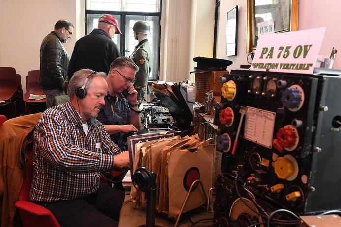 Zendamateurs zijn in het stadhuis van Gennep druk met heel oude apparatuur.
