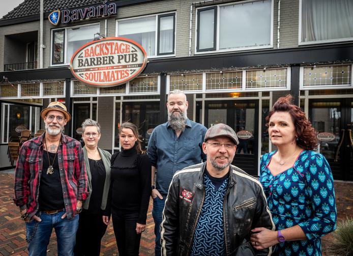 De vriendengroep die restaurant ONS en de Barberpub gaan combineren met vlnr Ruud Gerrits, Esther Donkers, Christel Gerrits, Jean-Pierre Donkers, Marcel Dijstelblom en Milica Vogels.