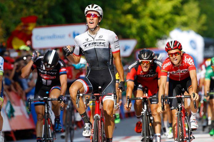 Danny van Poppel juicht na het winnen van een etappe in de Vuelta 2015.