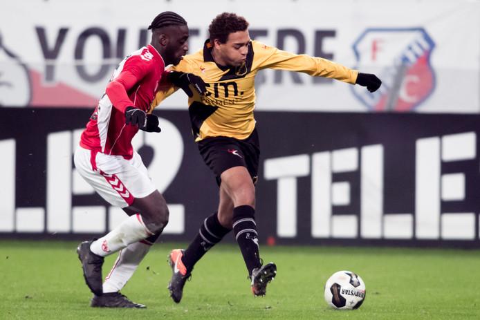 Jong FC Utrecht speler Myenty Abena (l) in duel met NAC speler Cyriel Dessers  (r)