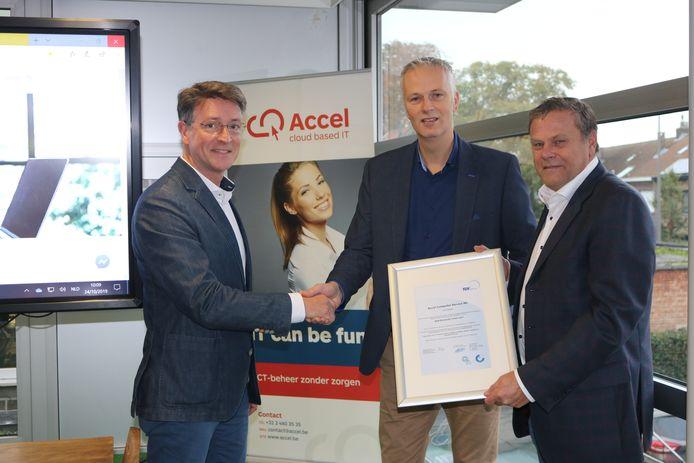 Marc De Swaef van Accel (links) ontvangt het certificaat.