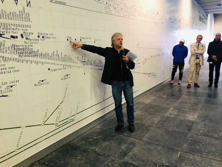 Kunstenaar Christoph Fink maakte het kunstwerk in de onderdoorgang van het station.