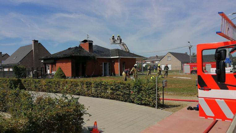 De brandweer aan het werk bij de woning in Houtvenne (Hulshout).