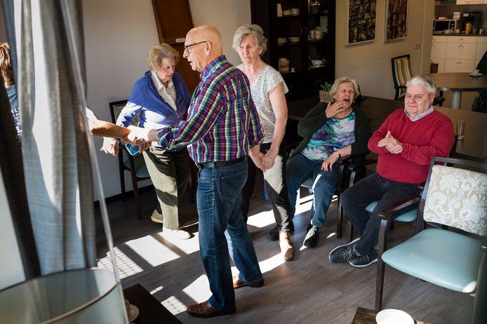 De Oldenzaalse Juniorkamer reed met een trailer langs de zorgcentra Gereia (foto), Molenkamp en Zonnestraal. Zangeres Demi uit Denekamp vermaakte de bewoners en medewerkers.
