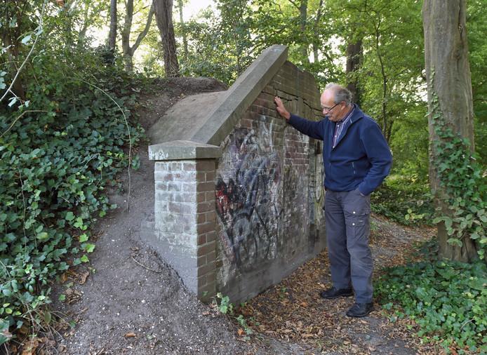 Anton van Haperen bij het 'mysterieuze' gebouwtje. Hij kwam erachter dat dit het familiegraf is van oud-burgemeester van Koudekerke Henri Gerlach van Sint Joosland.