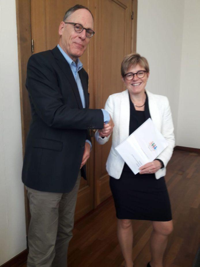 Voorzitter Jaap Lucieer overhandigt het beleidsplan van de Seniorenraad Etten-Leur aan burgemeester Miranda de Vries.