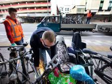 'Gemeente haalt fietsen weg terwijl de eigenaar erbij staat'
