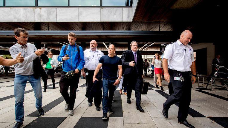 Yuri van Gelder en zijn advoaat Cor Hellingman verlaten de rechtbank van Arnhem na afloop van het kort geding. Beeld anp