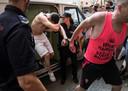 Verdachte Adrian F. schermt zijn gezicht af bij zijn aankomst, medio juli, bij de rechtbank in Palma de Mallorca