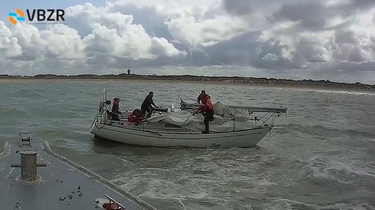 Twee redders van de VBZR klommen aan de boord van de zeilboot.
