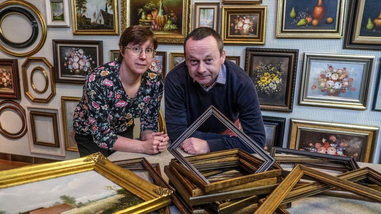 Johan Pynket (55) en zijn vrouw Nancy tussen hun kadertjes.