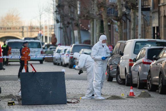 Politiet doet onderzoek in de Pretstraat in Antwerpen, waar in maart van dit jaar meerdere voertuigen ontploften. Archieffoto.