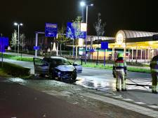 Auto vliegt in brand, Energieweg even op slot