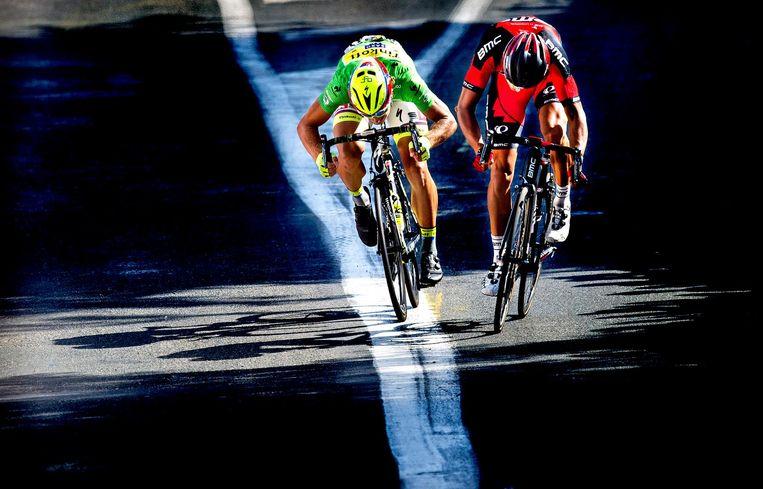 Greg van Avermaet (r) en Peter Sagan sprinten voor de etappewinst, 17 juli 2015. Beeld Klaas Jan van der Weij / de Volkskrant