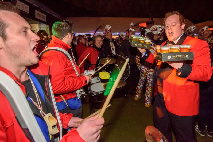 Het beeld van carnaval: hossende mensen met te veel alcohol in hun mik. Maar zo'n feest gaat het helemaal niet worden, zegt de voorzitter van Carnavalsvereniging de Eileuvers.