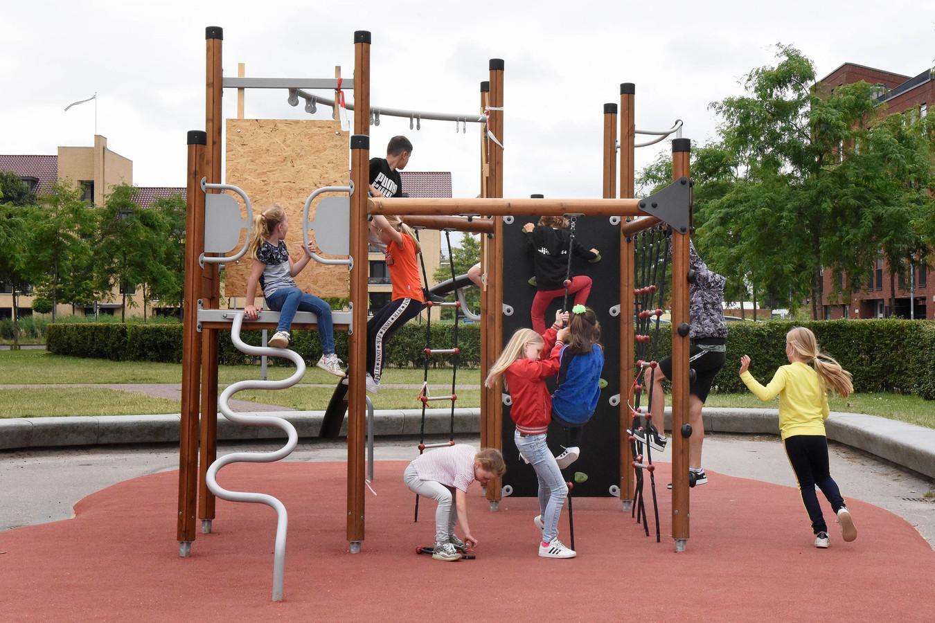 Het leek zo mooi: na maanden actievoeren een nieuw speeltoestel naast de Woerdense basisschool De Regenboog. Vorige maand werd het toestel in gebruik genomen, maar de pret was van korte duur.