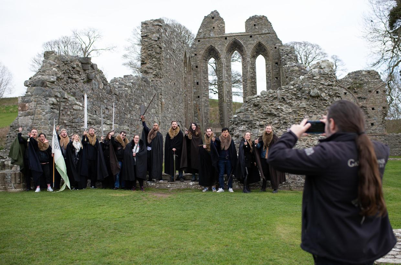 Gids Robbie zet zijn verklede toeristen op de foto bij de abdij waar Catelyn en Robb verschrikkelijk nieuws hoorden uit King's Landing.