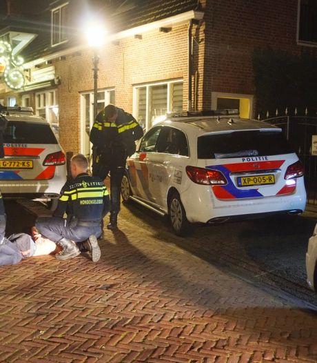 Man verzet zich hevig tijdens aanhouding door politieagenten in Bunschoten