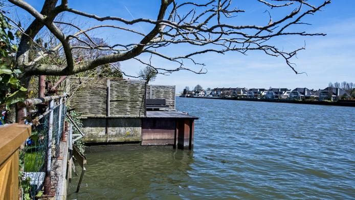 De woningen aan de Dorpsstraat liggen aan de IJssel. Boudewijn Bruil wil zijn tuin uitbreiden in de rivier en zijn buren vrezen daardoor verlies van uitzicht.