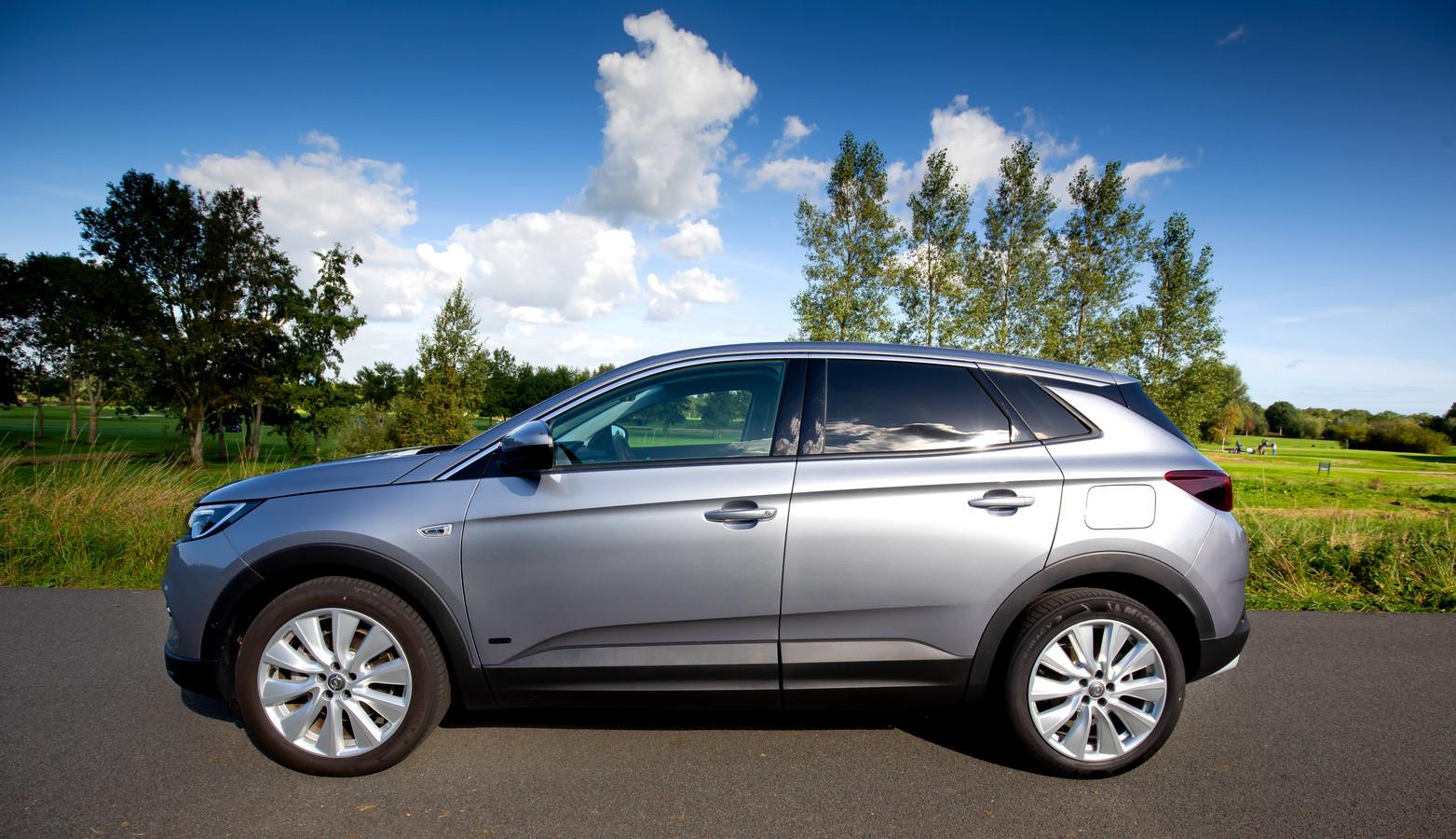 De Opel Grandland X is een plug-in hybride met forse motorkracht.