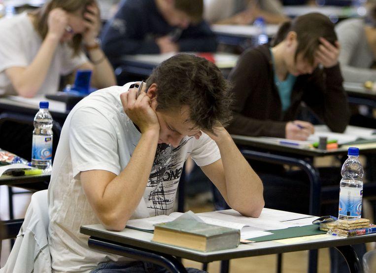VWO-leerlingen buigen zich over hun eindexamen Nederlands. (archieffoto) Beeld ANP