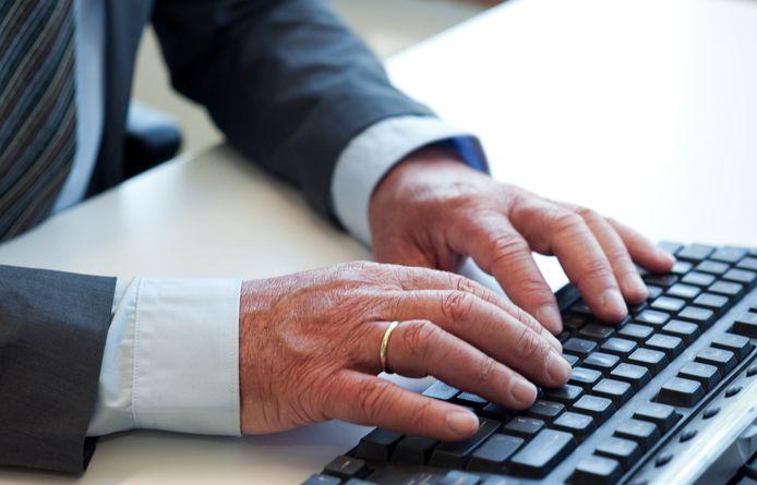 2011-06-02 12:24:17 ILLUSTRATIE - Oudere man achter de computer. ANP XTRA ROOS KOOLE