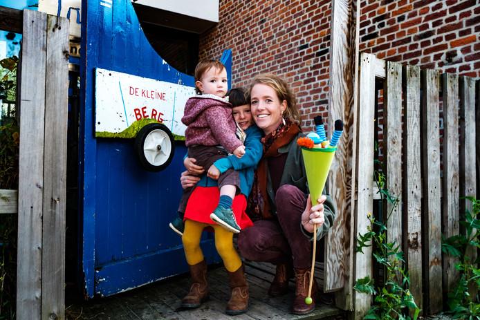 Sophie  Van Everdingen organiseert Tweedehandjes. Hier met haar dochters Eva en Hanna.
