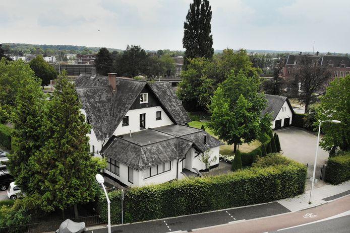 Een groep buurtbewoners van villa De Rozenhof vraagt de raad om niet akkoord te gaan met een wijziging van het bestemmingsplan. De nieuwe eigenaar zou in overleg moeten gaan met de buurt over een plan dat wel op steun kan rekenen van de omwonenden.
