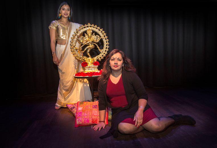 Aruna Jagesar bij een beeld van haar favoriete goddelijke persoonlijkheid: Shiva.  Beeld Arie Kievit