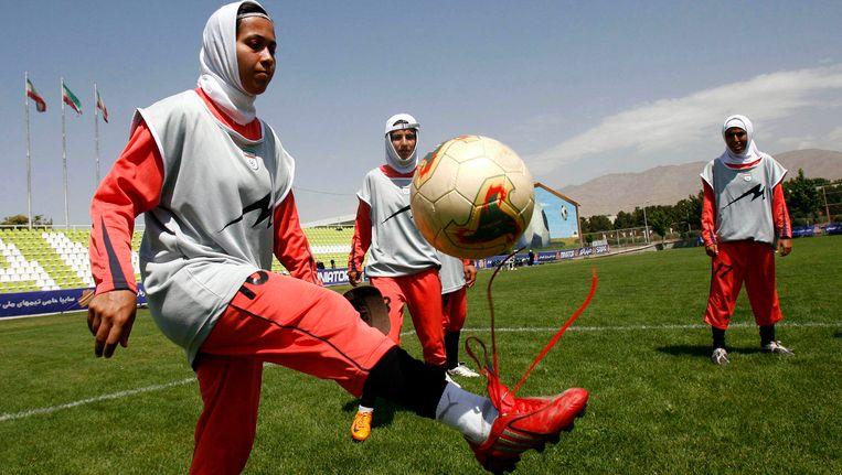 Een Iraans vrouwelijk voetbalteam Beeld AP