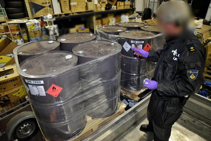 De LFO van de politie doet onderzoek bij de drugsvaten in de loods aan de Lambert de Wijsstraat.