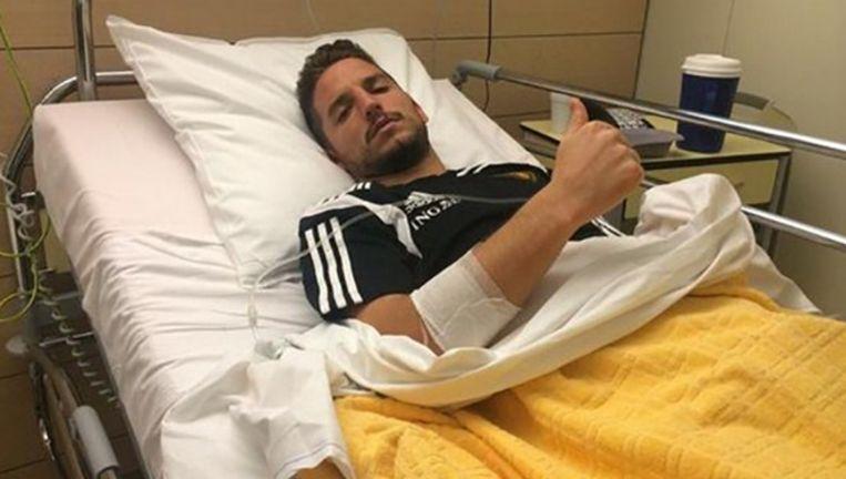 Dries Mertens deelde zondagavond vanuit het ziekenhuis een foto met zijn fans. Inmiddels is de ex-PSV'er thuis. Beeld null