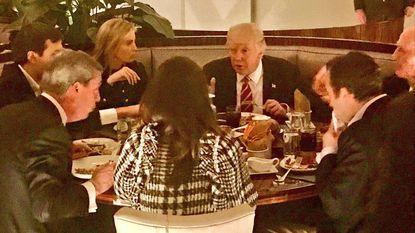 Zelfs hoe Trump zijn steak eet (doorbakken met ketchup) zorgt in VS voor controverse