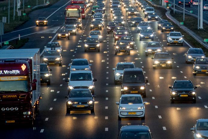 Het aantal auto's in Nederland stijgt gestaag.