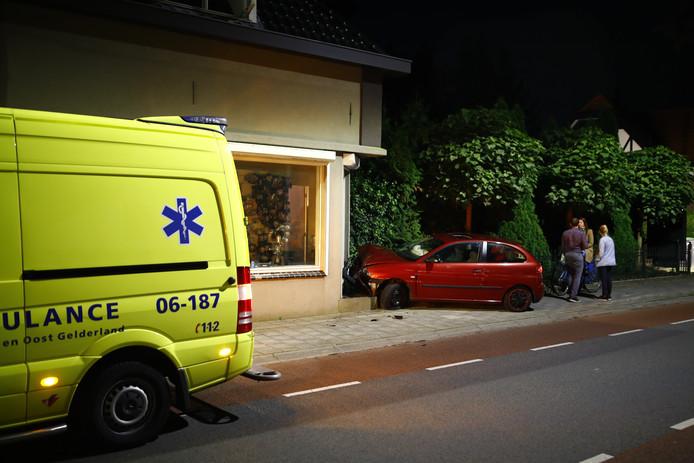 De auto ramde de gevel van een woning aan de Zwolseweg in Heerde. De inzittenden sloegen op de vlucht.