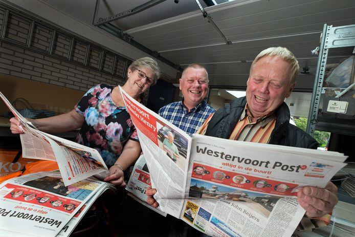 Henry Reijers (rechts) en zijn broer John stoppen na 65 jaar met Reko Verspreidingen. Uiterst links Willy, de vrouw van Henry.