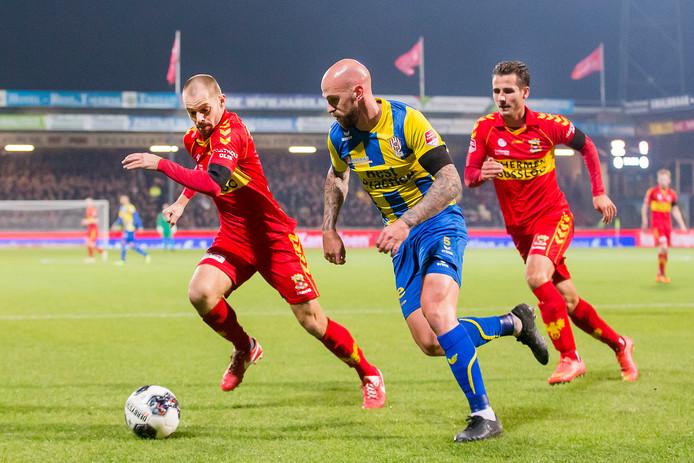 Istvan Bakx (links), hier eerder in actie tegen zijn oude club TOP Oss, verloor maandagavond met Go Ahead Eagles met 5-1 van Jong PSV.