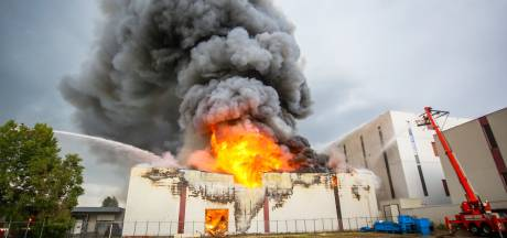 Zeer grote brand bij voedselopslag in Helmond is na uren blussen meester