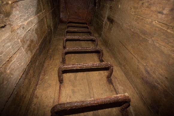 Via deze trappen daal je af in de schuilkelder.