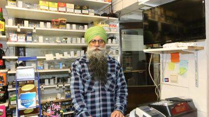 """Nog geen 24 uur nadat overvallers pistool in zijn nek duwen, staat Jarnail Singh alweer in zijn nachtwinkel: """"Kan klanten niet in de steek laten"""""""