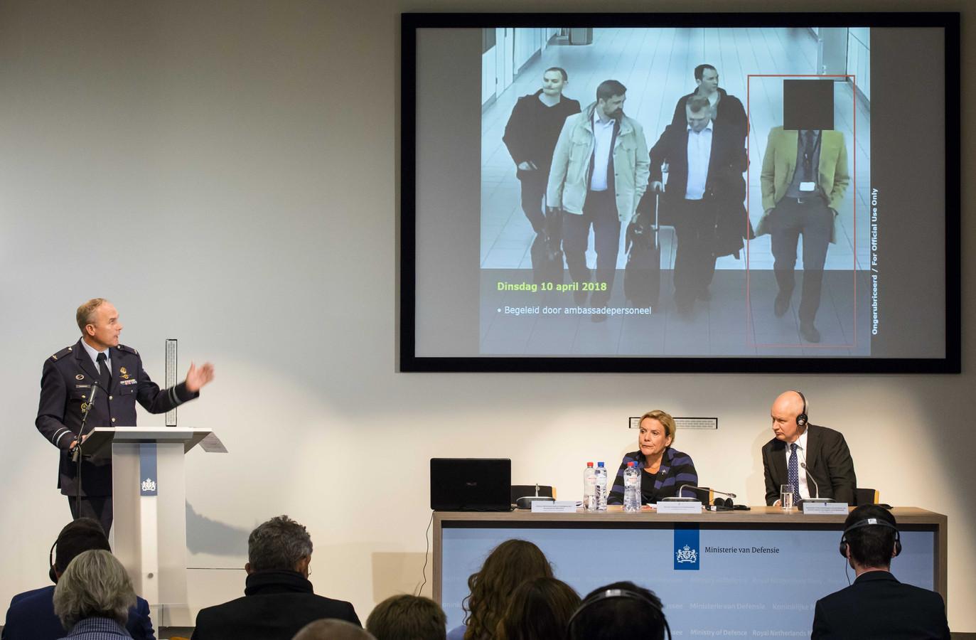 MIVD-hoofd Onno Eichelsheim, minister van Defensie Ank Bijleveld en de Britse ambassadeur Peter Wilson tijdens een persconferentie van de Nederlandse Militaire Inlichtingen- en Veiligheidsdienst.