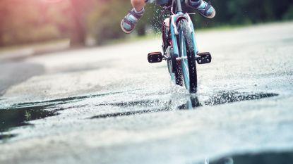 Stad maakt werkt van fietsbib, raadslid Bogman geeft schepen alvast eerste kinderfietsje cadeau
