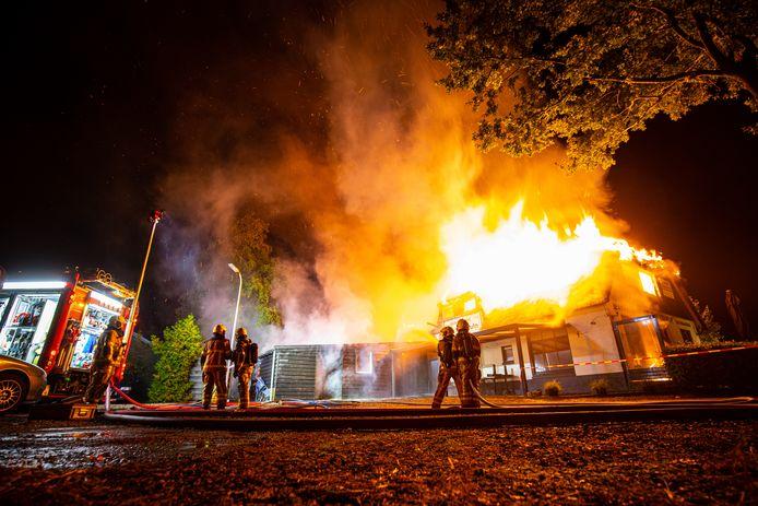 Uit het rieten dak van het restaurant kwamen metershoge vlammen.
