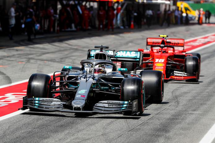 Lewis Hamilton met achter hem Charles LEclerc